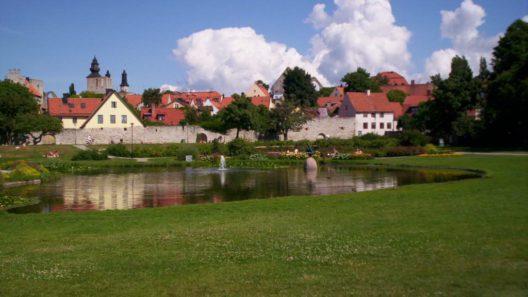 En vy över parken Almedalen i Visby