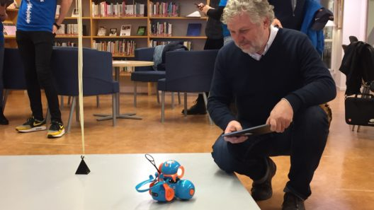Peter Eriksson styr roboten Dash på Motala Digidelcenter 13 mars 2018