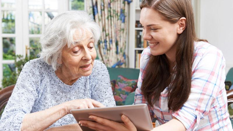 En kvinna visar en annan kvinna något på en skärm