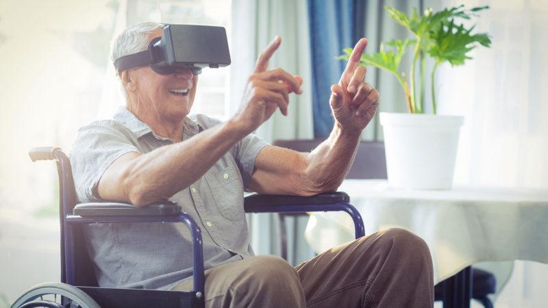 En senior använder VR