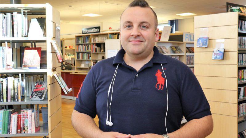 Porträttbild av Edis Hadzic som är it-pedagog på Grästorps bibliotek.