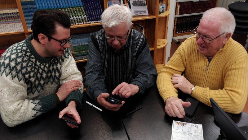 Digitalhjälpare Gustav Hillbom tillsammans med två deltagare på ett digitalhjälpsarrangemang.