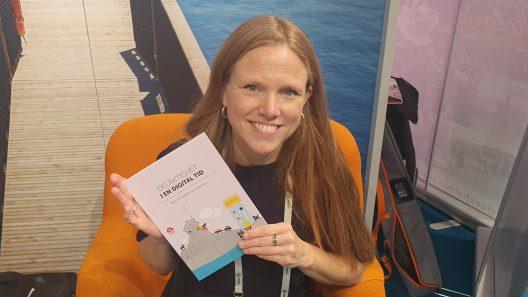 "Terese Radymond håller i en tryckt version av ""Delaktighet i en digital tid"""