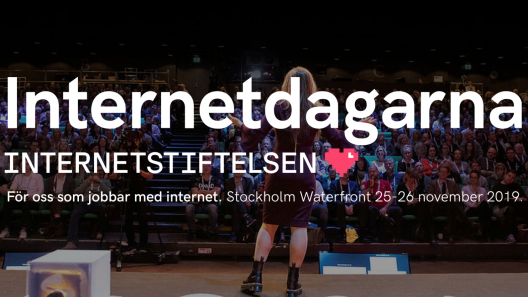 Person står på scenen på Internetdagarna