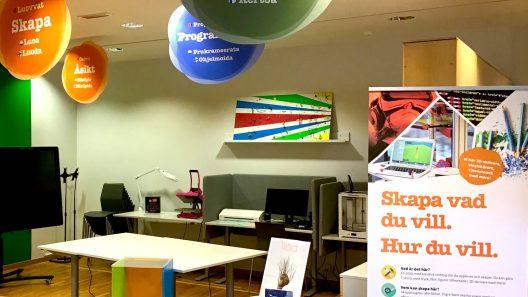 Miljöbild av Skaparytan på Luleå Digidelcenter, där några datorer och skyltar om att skapa syns.